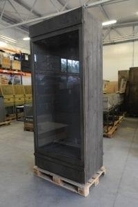 gablota do muzeum drewniana ze szklanymi drzwiami