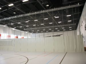 Vertically winched dividing curtain (motorized) S